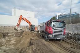 pásové rýpadlo Hitachi a sklápač scania počas výkopových prác v Bratislave