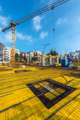 presun materiálu žeriavom počas stavebných prác na objekte Lilja, projekt Nuppu, Bratislava